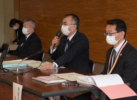 Officials at the Fukuoka child consultation center hold a news conference over the death of a 5-year-old boy following the arrests of his mother and her acquaintance in Sasaguri, Fukuoka Prefecture, on March 3, 2021. (Mainichi/Shunsuke Ichimiya)