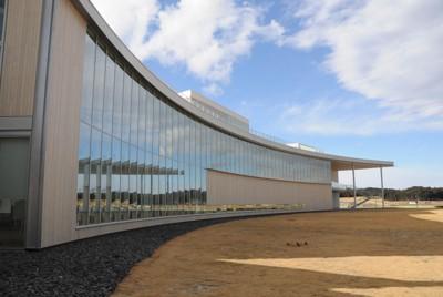 福島県がオープンさせた「東日本大震災・原子力災害伝承館」=福島県双葉町で2021年2月17日午後2時35分、竹内良和撮影