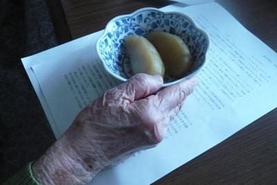 福島県浜通りから栃木県に避難してきた80代の女性。清水奈名子さんが聞き取りのため自宅を訪ねると、たくさんの手料理を振る舞ってくれた=2014年9月撮影、清水さん提供