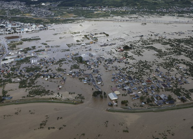 台風19号による大雨で増水し氾濫した千曲川の決壊した堤防=長野市穂保で2019年10月13日午前8時15分