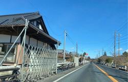 バリケードが張られ、立ち入りが禁止されている国道6号の帰還困難区域の家屋=福島県大熊町で2021年2月16日、車内の助手席で高橋祐貴撮影