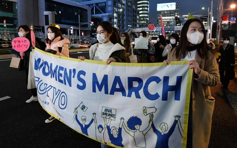 Participants march on International Women's Day in Tokyo's Shibuya Ward on March 8, 2021. (Mainichi/Natsuki Nishi)