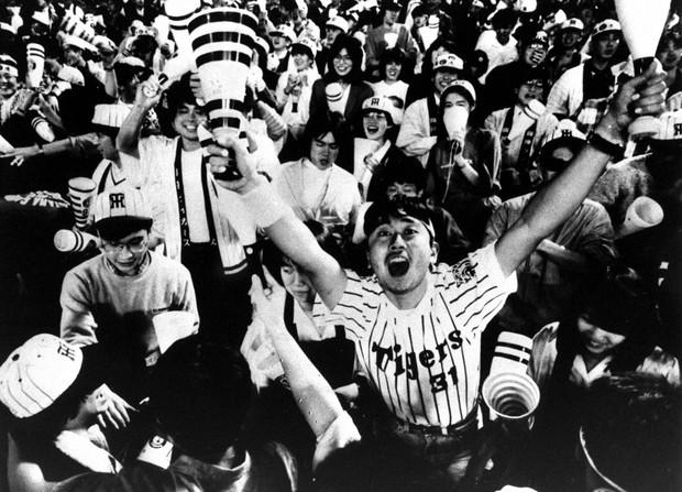 セ・リーグ優勝で万歳する阪神タイガースファン(1985年)