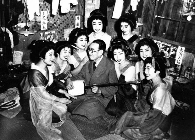 ロック座の踊り子に囲まれご満悦の永井荷風(1951年11月撮影)