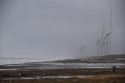 秋田県三種町の海岸に並ぶ陸上風力発電機=2021年2月16日、中村聡也撮影