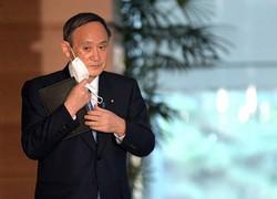 記者団の質問に答えるためマスクを外す菅義偉首相=首相官邸で2021年3月1日午後4時47分、竹内幹撮影