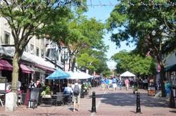 人口4万人の町とは思えないにぎわいを見せるバーリントンの「チャーチストリート」(写真は筆者撮影)