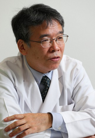 インタビューに答える千葉大病院の猪狩英俊・感染制御部長=千葉市中央区で2021年3月10日、長谷川直亮撮影