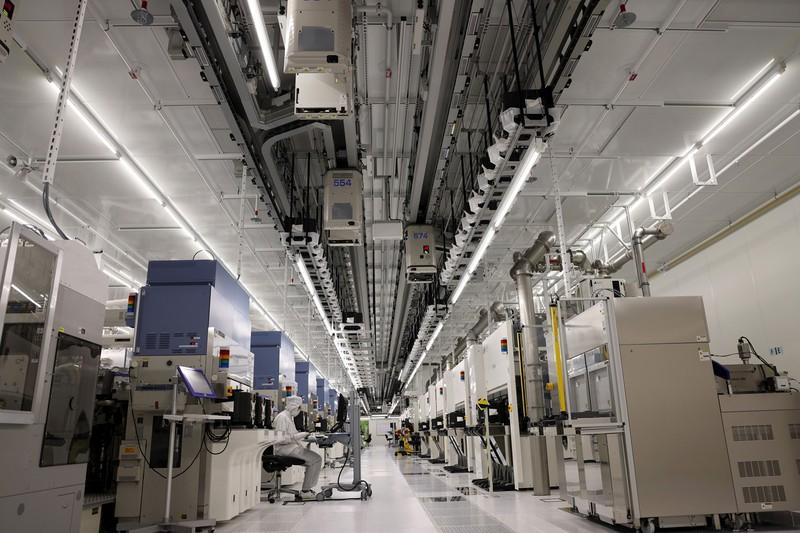 製造装置が並んだ半導体工場の製造ライン(Bloomberg)