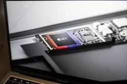 アップルが自社開発したSoC(システム・オン・チップ)の「M1」 (Bloomberg)