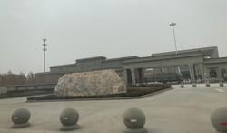 アクス市郊外に最近設置された「刑務所」の正門=2021年3月1日、米村耕一撮影