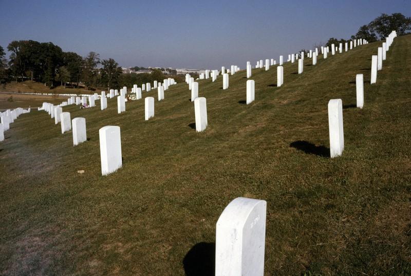 米国のバージニア州アーリントンにあるアーリントン国立墓地に並ぶ墓石。南北戦争以降数々の戦争の歴史の中で命を落とした兵士たちが広大な敷地に静かに眠る=米国バージニア州アーリントンで1963年(昭和38年)10月、阿部徹雄撮影