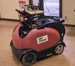 テムザック社のマイクロモビリティロボット「ロデム」。5Gによる遠隔操作と人が乗って運転する2つのタイプが展示された。(2021年3月13日、京都太秦映画村の京都忍者フェスティバルで)撮影:土方細秩子