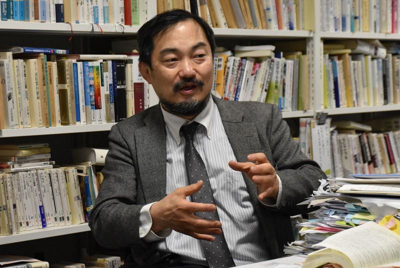インタビューに応じる長谷川利夫・杏林大教授=東京都内で2021年1月13日、岩崎歩撮影