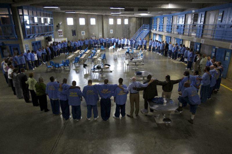 米カリフォルニア州サンディエゴのR.J.ドノバン刑務所で、サークルになってセレモニーを行う受刑者たち(c)Rod Mullen