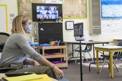 ズームで授業をするアメリカの学校 Bloomberg