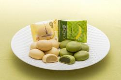 大阪の土産菓子「月化粧」(左)と姉妹商品「伊右衛門月化粧」=青木松風庵提供