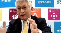 オンラインでのインタビューに応じる兵庫県明石市の泉房穂市長=2021年2月16日、動画の画面から
