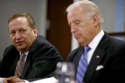 """サマーズ氏(左)はバイデン氏の""""身内""""だったはずだが……(オバマ政権時代の2008年)(Bloomberg)"""
