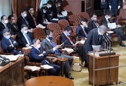 参院予算委員会で陳謝するNTTの澤田純社長(右)の答弁を聞く菅義偉首相(前列左)。政府・与党は膿を出し切れるか(国会内で3月15日)