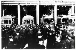 労働運動が盛んになり、ストライキも起きた。車庫入りした東京市電(1911年)