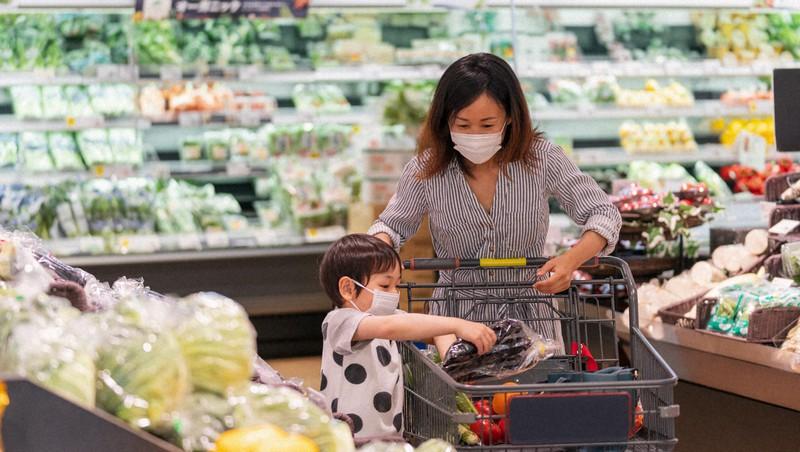 スーパーなどで私たちが買う生鮮食品の価格は全国の調査員を通じて消費者物価に反映される