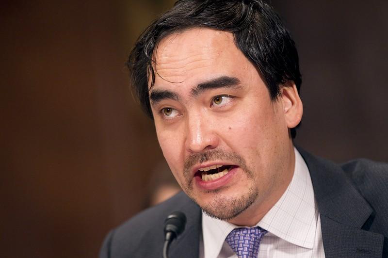 ティム・ウー氏。父親は「台湾生まれの日本人」(著書『マスタースイッチ』から)だという (Bloomberg)