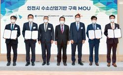 覚書を締結した鄭義宣・現代自動車会長(左から3人目)現代自動車提供