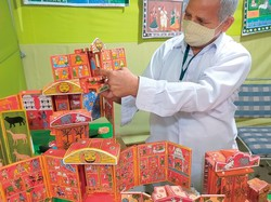 インドのおもちゃを紹介する職人 筆者撮影