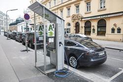 ウィーン市中心部の充電ステーションにはEVが列をなしている 筆者撮影