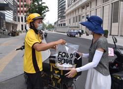中国の出前の風景。主力は「出前騎手」と呼ばれる出稼ぎ労働者だ=北京市で2020 年6月