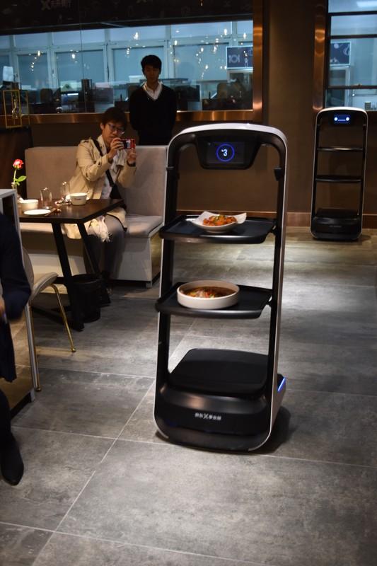 配膳も独自開発したロボットが担う