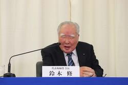 記者会見で会長退任を発表するスズキの鈴木修会長。40年以上、経営トップを務めてきた=同社提供