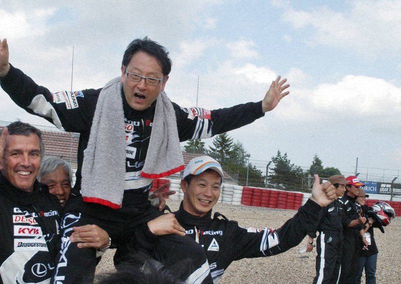 レースを終えて互いに健闘をたたえ合うトヨタ自動車の豊田章男副社長(当時・中央)らドライバー=独ニュルブルクリンクで2009年5月、米川直己撮影