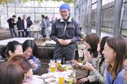 バーベキューに訪れた客と談笑する宮治勇輔さん=本人提供