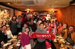 熊本への移籍直後に企画したサポーターとの交流会に参加する浅川隼人(中央)=本人提供
