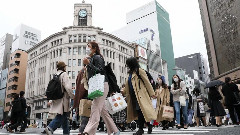 新型コロナウイルスの緊急事態宣言解除後、東京・銀座を歩く人たち。今後の地価の動向は見通せない=東京都中央区で2021年3月22日、佐々木順一撮影