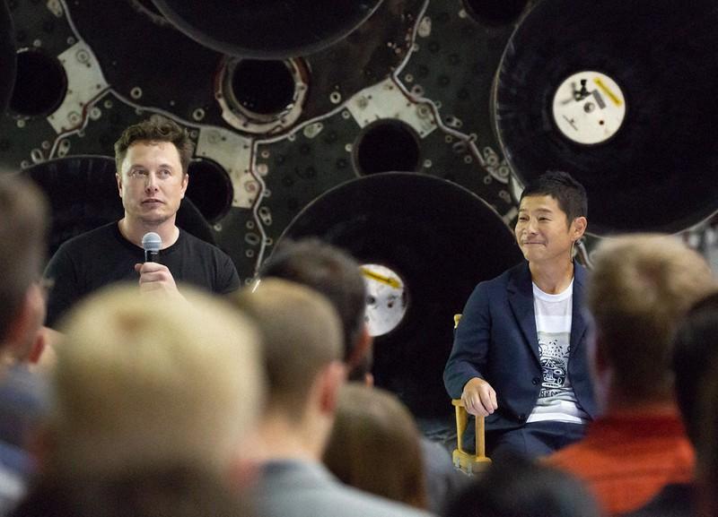 イーロン・マスク氏(左)と記者会見する前沢友作氏=米ロサンゼルス近郊で2018年9月17日、ルーベン・モナストラ撮影