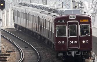 1971年登場の5100系。マルーン一色に塗られた車体が阪急のアイデンティティーを主張する。=大阪府の阪急電鉄宝塚本線・中津-十三間で2011年3月、金盛正樹撮影