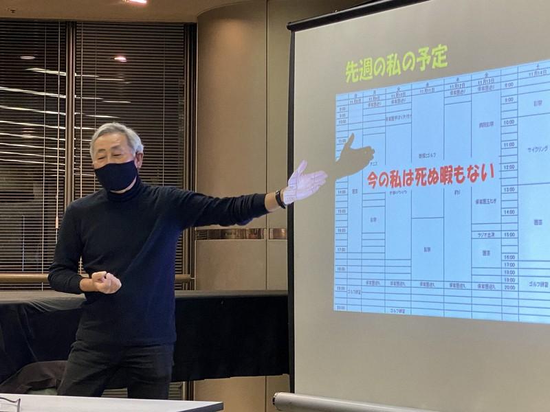 毎日文化センターで講演する石蔵文信・大阪大招へい教授。元気そうに、楽しく過ごす日々などについて語った=大阪市北区で2020年11月17日