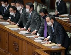 参院本会議で2021年度予算が賛成多数で可決、成立し、一礼する菅義偉首相(右端)と閣僚ら=国会内で2021年3月26日午後5時42分、竹内幹撮影