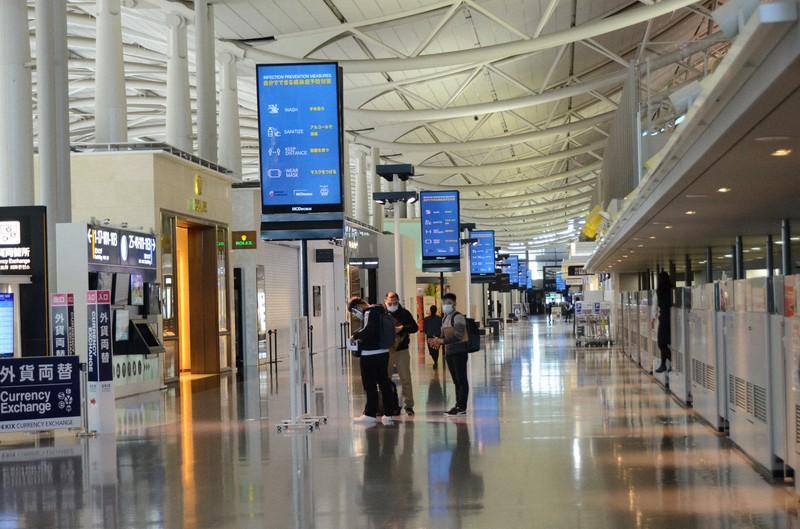 閑散とした関西国際空港第1ターミナルの国際線出発エリア。客は帰国する人4人だけだった=大阪府で2021年1月21日午後0時28分、鶴見泰寿撮影