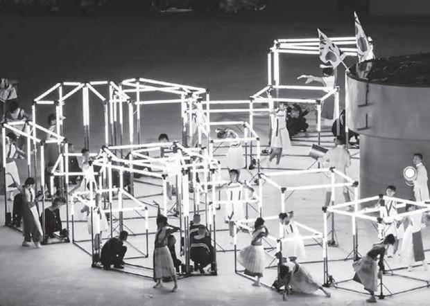 リオ五輪閉会式。45個のLEDフレームで市松模様を表現した
