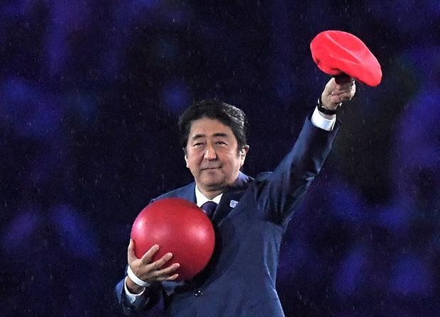 フラッグ・ハンドオーバー・セレモニーでマリオに扮して登場した安倍晋三首相=リオデジャネイロのマラカナン競技場で2016年8月21日、和田大典撮影