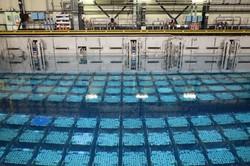 貯蔵用プールに沈められた使用済み核燃料=フランス北西部ラアーグで2021年3月2日午後2時ごろ、久野華代撮影