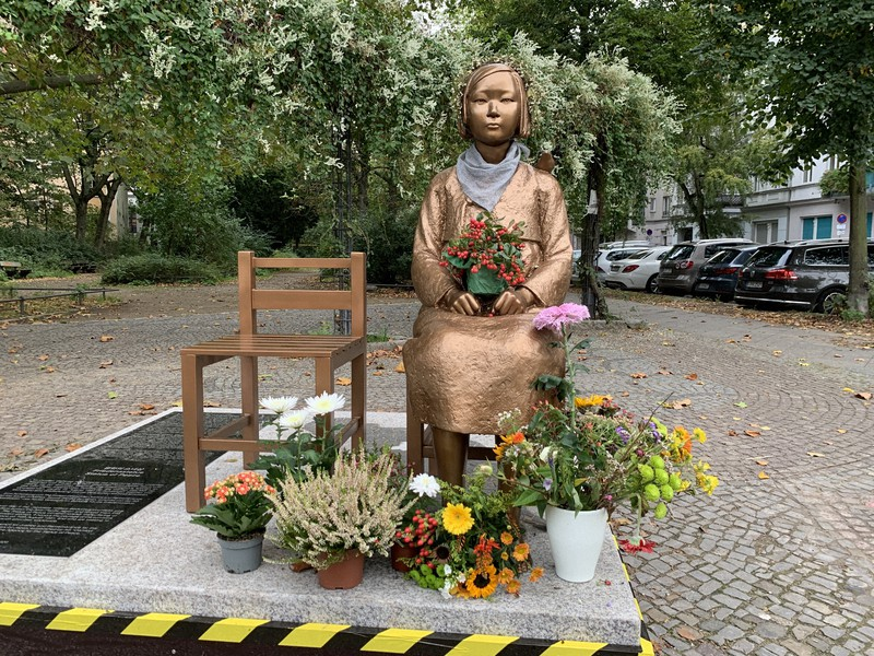 ベルリン市ミッテ区に設置された少女像=2020年10月9日、念佛明奈撮影
