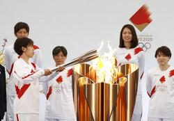 聖火リレーのスタートに臨む、なでしこジャパンのメンバーら=福島県で2021年3月25日(代表撮影)