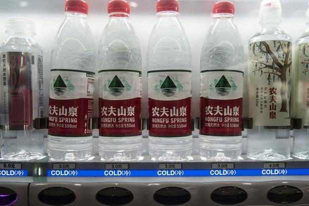 中国の自動販売機で売られる農夫山泉のペットボトル飲料 Bloomberg
