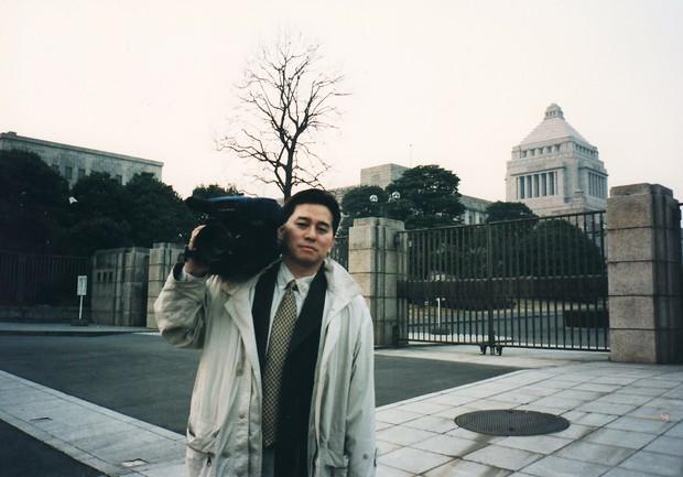 ビデオジャーナリスト活動を開始した1994年、国会前での神保さん 神保哲生さん提供