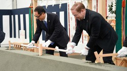 未来都市「ウーブン・シティ」のくわ入れ式を行うトヨタ自動車の豊田章男社長(左)=静岡県裾野市で2021年2月23日、同社提供
